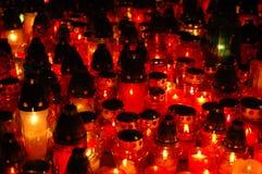 Candele di Cementary al mackintosh di notte Immagine Stock