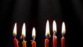 Candele di compleanno che bruciano sul fondo scuro Partito di celebrazione e concetto di anniversario video d archivio
