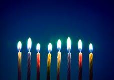 Candele di compleanno sopra priorità bassa blu Fotografia Stock Libera da Diritti