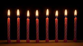 Candele di compleanno sulla torta stock footage