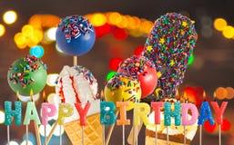 candele di congratulazioni sul fondo delizioso del gelato Fotografia Stock