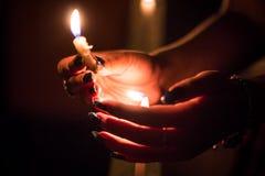 Candele di illuminazione ad un memoriale di notte fotografia stock libera da diritti