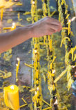Candele di illuminazione nel tempio Fotografia Stock