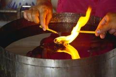 Candele di illuminazione nel tempio buddista 0135 fotografia stock