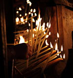 Candele di illuminazione in una chiesa Fotografie Stock
