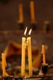 Candele di indicatore luminoso Luce dorata della fiamma di candela Fotografie Stock