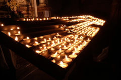 Candele di Lit sull'altare della nostra signora nella cattedrale a Zagabria Immagine Stock Libera da Diritti