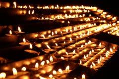 Candele di Lit sull'altare della nostra signora nella cattedrale a Zagabria Immagine Stock
