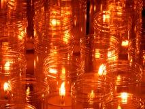 Candele di Natale che bruciano alla notte L'estratto esamina in controluce la priorità bassa Luce dorata della fiamma di candela fotografia stock