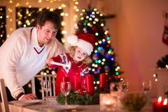 Candele di Natale di illuminazione della figlia e del padre Immagini Stock Libere da Diritti