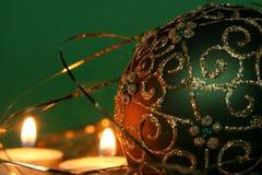 Candele di natale ed ornamenti delle sfere Fotografie Stock Libere da Diritti