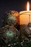 Candele di natale ed ornamenti delle sfere Fotografia Stock