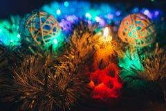 Candele di Natale sopra fondo scuro con le luci Immagini Stock