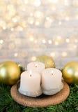 Candele di Natale su un ramo dell'abete e sulle palle di natale Fotografie Stock