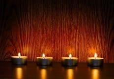 Candele di Natale sullo scaffale di legno Immagini Stock