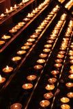 Candele di preghiera in una chiesa catolic immagine stock libera da diritti