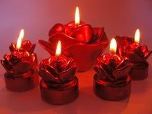 Candele di rosa dell'aroma della stazione termale di colore rosso impostate Immagine Stock