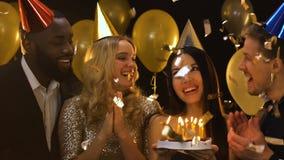 Candele di salto della donna asiatica sul dolce, festa di compleanno con gli amici, celebrazione video d archivio