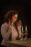 Candele di Shabbat di illuminazione Fotografia Stock Libera da Diritti