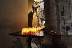 Candele di Tealight in una chiesa immagine stock libera da diritti