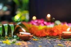 Candele di una luce del tè sulla via con i fiori alla notte fotografia stock libera da diritti