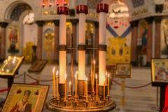Candele di ustione nella cattedrale Fotografia Stock Libera da Diritti
