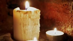 Candele di ustione nello scuro stock footage