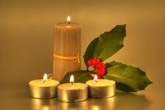 Candele dorate con agrifoglio Fotografie Stock Libere da Diritti