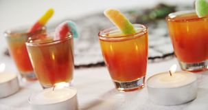 Candele e bevande di Tealight su fondo bianco 4k archivi video