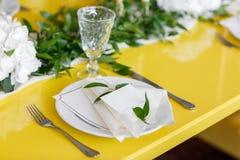 Candele e calici su una tavola decorata di nozze Fuoco selettivo fotografie stock libere da diritti