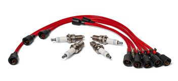 Candele e cavi rossi di un'alta pressione Parti dell'automobile Fotografia Stock