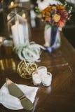 Candele e decorazioni sulla tavola Immagini Stock Libere da Diritti
