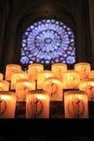 Candele e finestra variopinta in una chiesa Immagini Stock Libere da Diritti