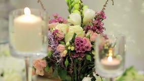 Candele e fiori stock footage