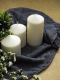Candele e fiori sulla tabella immagini stock