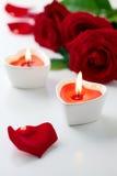 Candele e rose rosse per il giorno del biglietto di S. Valentino Immagine Stock Libera da Diritti
