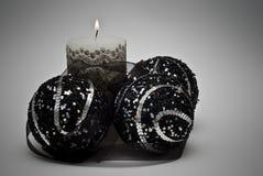 Candele e sfere nere di natale. Fotografia Stock Libera da Diritti