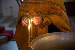 Candele ed icona in chiesa russa Fotografia Stock