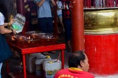 Candele ed incenso in Kim Tek Ie Temple a Jakarta, Indonesia durante la cerimonia cinese del nuovo anno fotografie stock