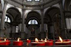 Candele ed interno rossi della chiesa, Venezia, Italia Immagini Stock Libere da Diritti