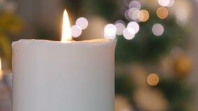 Candele ed ornamenti di Natale sopra fondo scuro con le luci stock footage