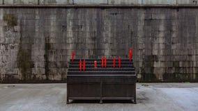 Candele elettroniche sulla parete di pietra grigia dei agains dei supporti, in Lingyin fotografia stock libera da diritti