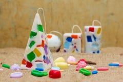 Candele fatte a mano sotto forma di una piramide, di un cubo, di un cilindro e di una s Fotografia Stock Libera da Diritti