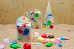 Candele fatte a mano sotto forma di una piramide, di un cubo, di un cilindro e di una s Immagini Stock