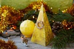 Candele fatte a mano sotto forma di una piramide e di una sfera Fotografie Stock Libere da Diritti