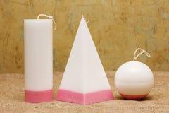 Candele fatte a mano sotto forma di una piramide, di un cubo, di un cilindro e di una s Immagini Stock Libere da Diritti