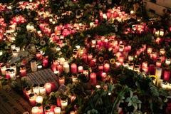 Candele, fiori e messaggi di condoglianza al mercato di Natale dentro Fotografia Stock