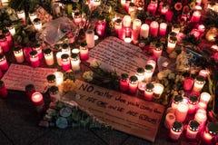 Candele, fiori e messaggi di condoglianza al mercato di Natale dentro Immagine Stock Libera da Diritti
