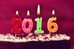 Candele a forma di numero di Lit che formano numero 2016 su un dolce Immagini Stock