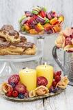 Candele fra i fiori - decorazione della tavola Fotografia Stock